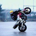 انجام حركات نمايشی اتومبيلرانی و موتورسواری برای معلولين مشهدی
